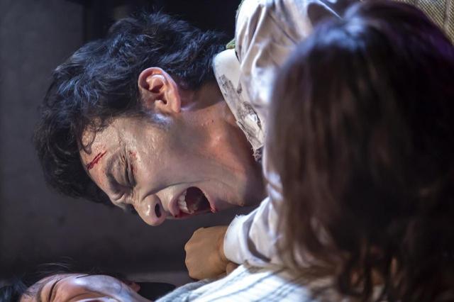 画像: ゾンビ3体(小鉄含む)、女にかみつく。血が吹き出る ©2019「台風家族」フィルムパートナーズ