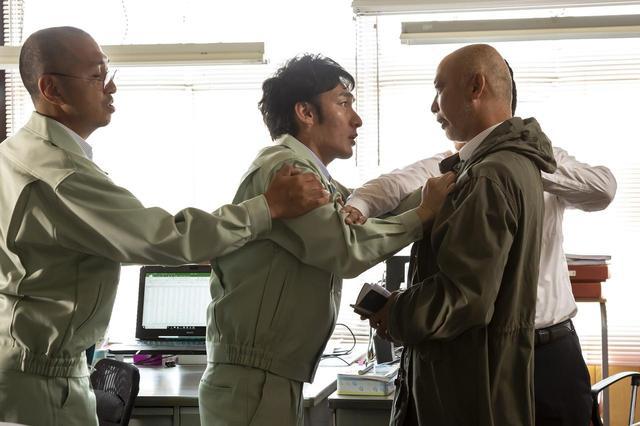 画像: 社長の逮捕を知って刑事に詰め寄る建設会社社員B ©2019「台風家族」フィルムパートナーズ