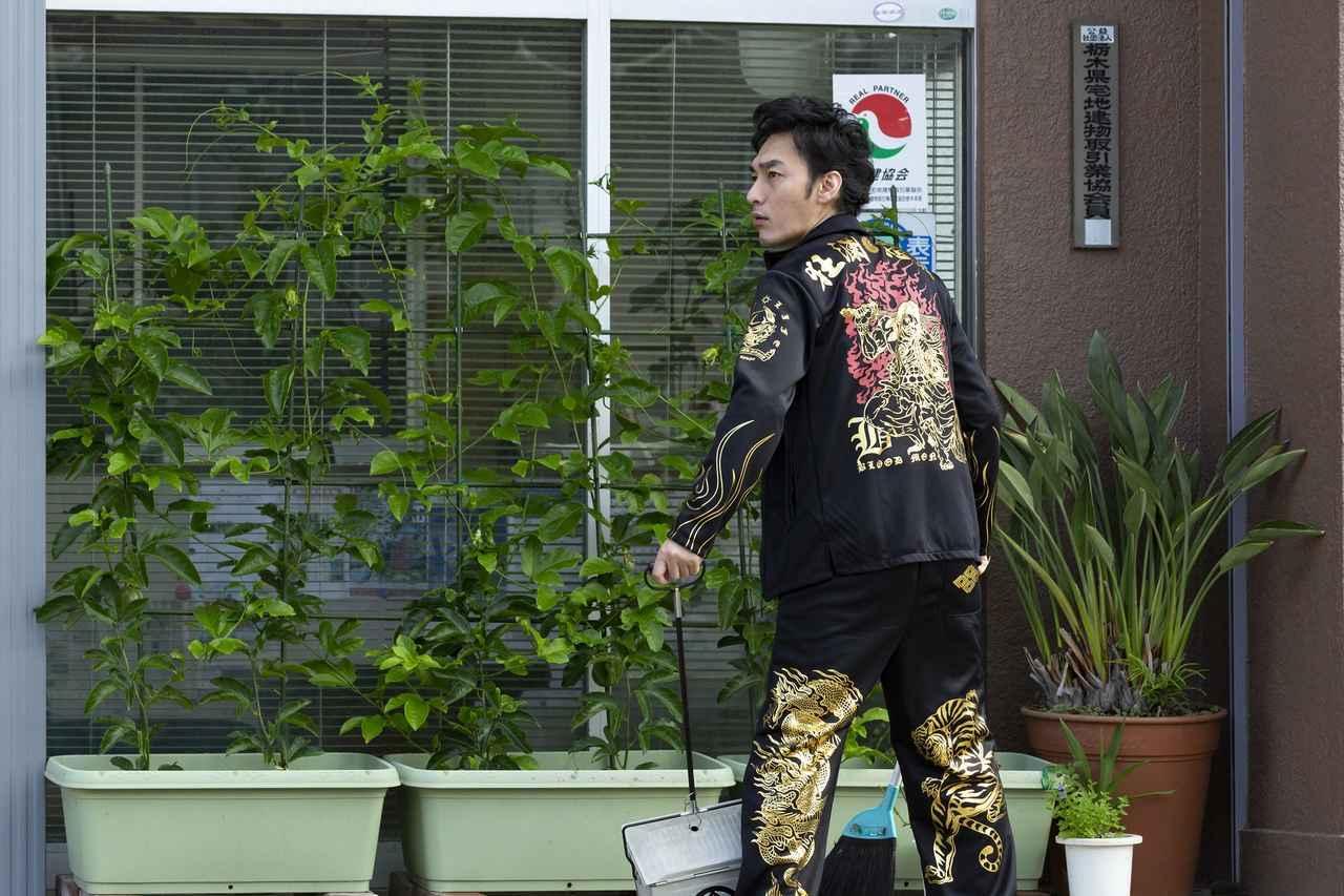 画像: 新人ヤクザ役。暴力団事務所前で掃除中 ©2019「台風家族」フィルムパートナーズ