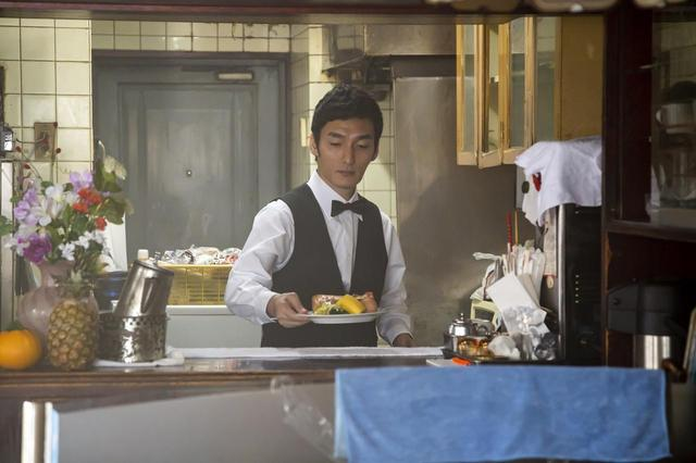 画像: カフェ店員の役。台詞は「お待たせしました。Bモーニングです」 ©2019「台風家族」フィルムパートナーズ