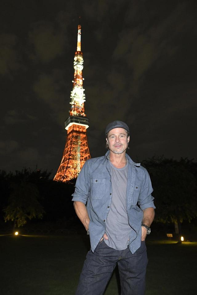 画像1: ブラッド・ピットが芝公園に降臨!東京タワーをバックにキュートな笑顔の秘蔵写真が公開!『アド・アストラ』記者会見後のつかの間の東京を満喫!