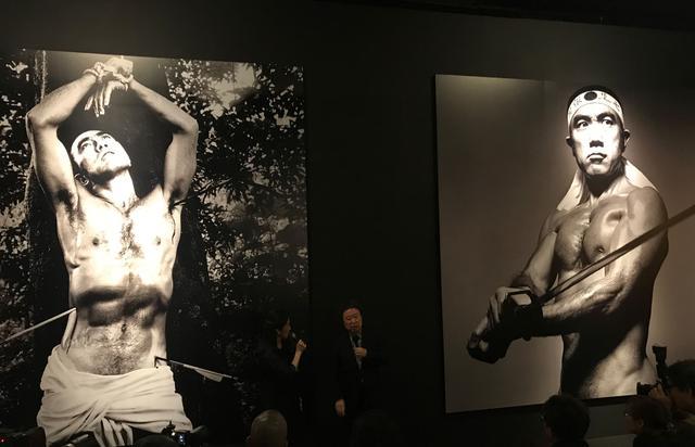 画像: 「GOD」(鬼籍に入られた人々)のエリアで解説する篠山氏 左:三島由紀夫/1968年 右:三島由紀夫/1969年 photo©moichi