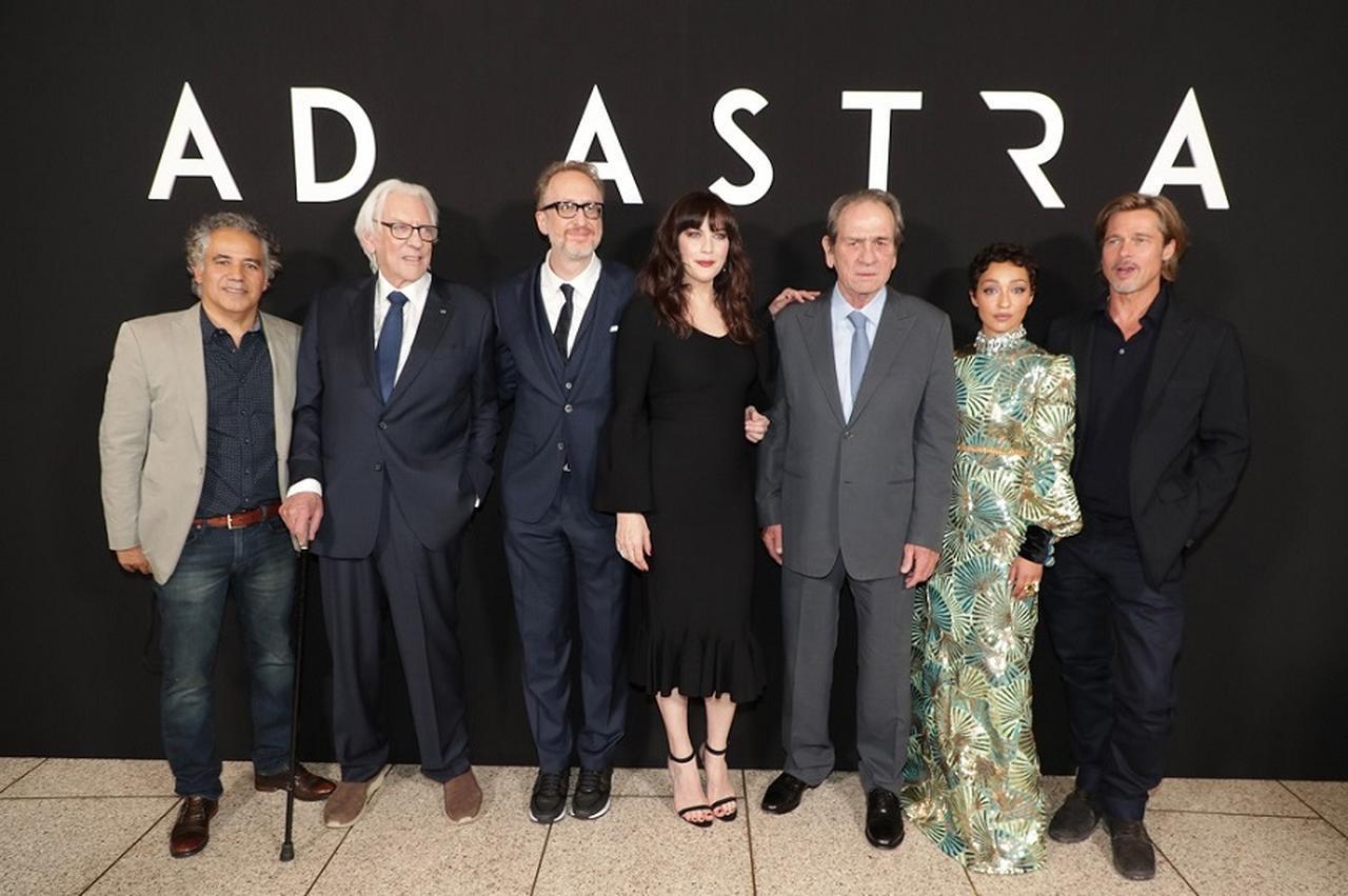 画像: (左から不明、ドナルド・サザーランド、ジェームズ・グレイ監督、リヴ・タイラー、トミー・リー・ジョーンズ、ルース・ネッガ、ブラッド・ピット)