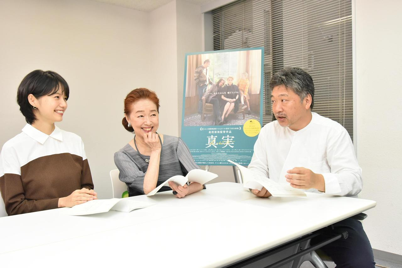 画像: 左より宮﨑あおいさん、宮本信子さん、是枝監督