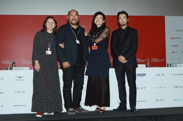 画像: 左からサマル・イェスリャーモワ、エルラン・ヌルムハンベトフ監督、竹葉リサ監督、森山未來