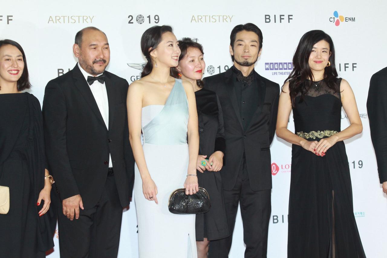 画像: 左から2人目からエルラン・ヌルムハンベトフ監督、キム・ユリア、サマル・イェスリャーモワ、森山未來、竹葉リサ監督