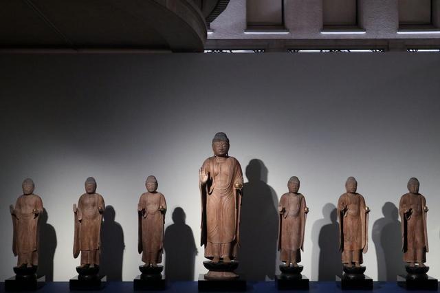 画像: 七仏薬師如来立像 平安時代12世紀 岩手・正音寺 後世の彩色が取り除かれ、簡素な木の質感が美しい