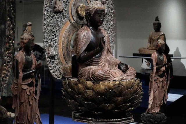 画像: 阿弥陀如来坐像および両脇侍像 鎌倉時代 仁治3(1242)年 鎌倉・常楽寺 (鎌倉市指定有形文化財) 二代執権北条泰時の臨終に作られたと見られる。中尊の胸の筋肉が広く、衣の表現が特に脇侍の二菩薩で極端に凝っているのも注目