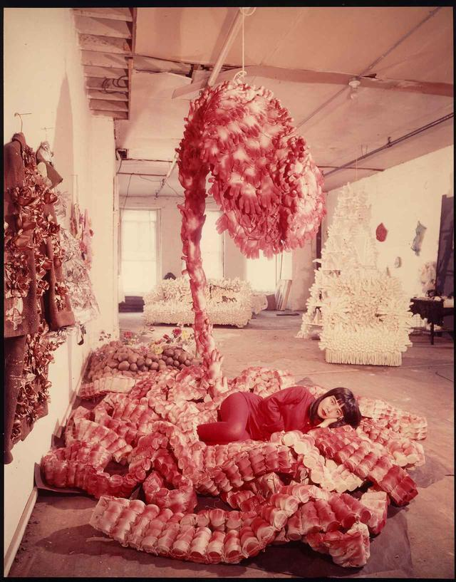 "画像: Peter Moore, Photo of Yayoi Kusama with ""My Flower Bed"" in her NYC studio, c. 1965 © 2018 Barbara Moore / Licensed by VAGA at Artists Rights Society (ARS), NY, Courtesy Paula Cooper Gallery, New York"