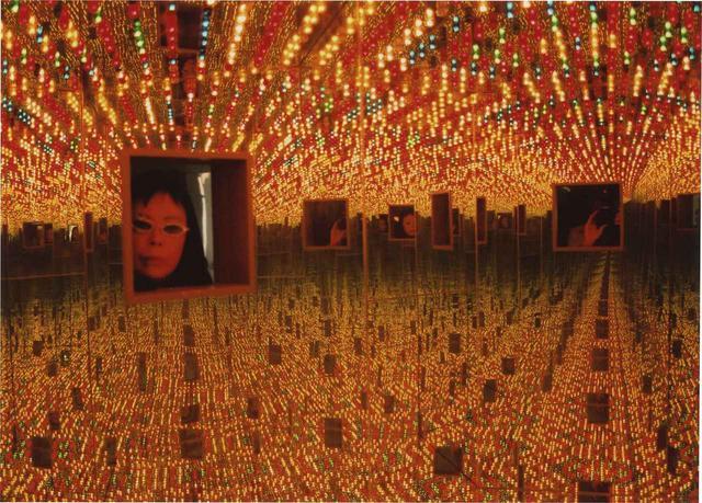 画像: Yayoi Kusama, Infinity Mirrored Room-Love Forever, 1966/1994. Installation view, YAYOI KUSAMA, Le Consortium, Dijon, France, 2000. Image © Yayoi Kusama. Courtesy of David Zwirner, NewYork; Ota Fine Arts, Tokyo/Singapore/Shanghai; Victoria Miro, London; YAYOI KUSAMA Inc.