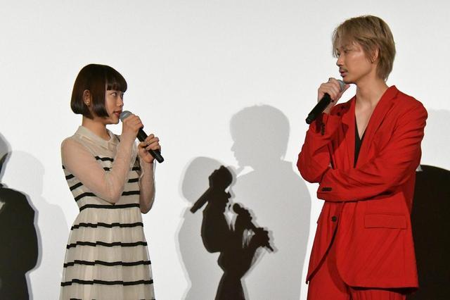 画像: 左より杉咲花、綾野剛