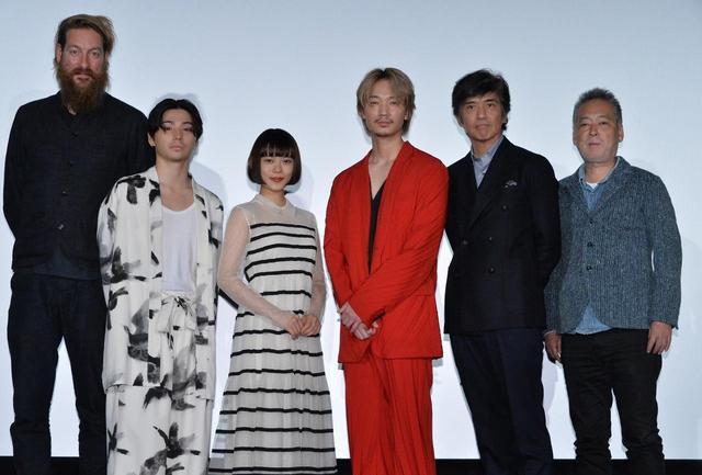 画像: 左よりユップ・べヴィン、村上虹郎、杉咲花、綾野剛、佐藤浩市、瀬々敬久監督