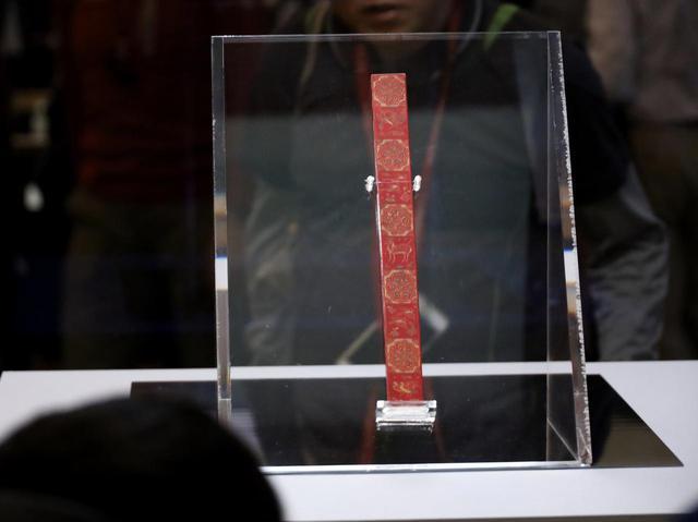 画像: 「紅牙撥鏤尺」 象牙製のモノサシを赤く染めて精緻な模様を表したもの 模様は当時「めでたい」とされた図像がメイン 正倉院宝物 【奈良国立博物館 「第71回 正倉院展」】