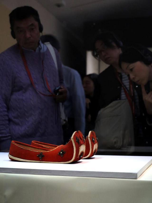 画像: 「衲御礼履」聖武上皇が大仏開眼会で聖武上皇が着用したと考えられる靴 スウェード加工した牛革を赤く染めている 正倉院宝物 【奈良国立博物館 「第71回 正倉院展」】