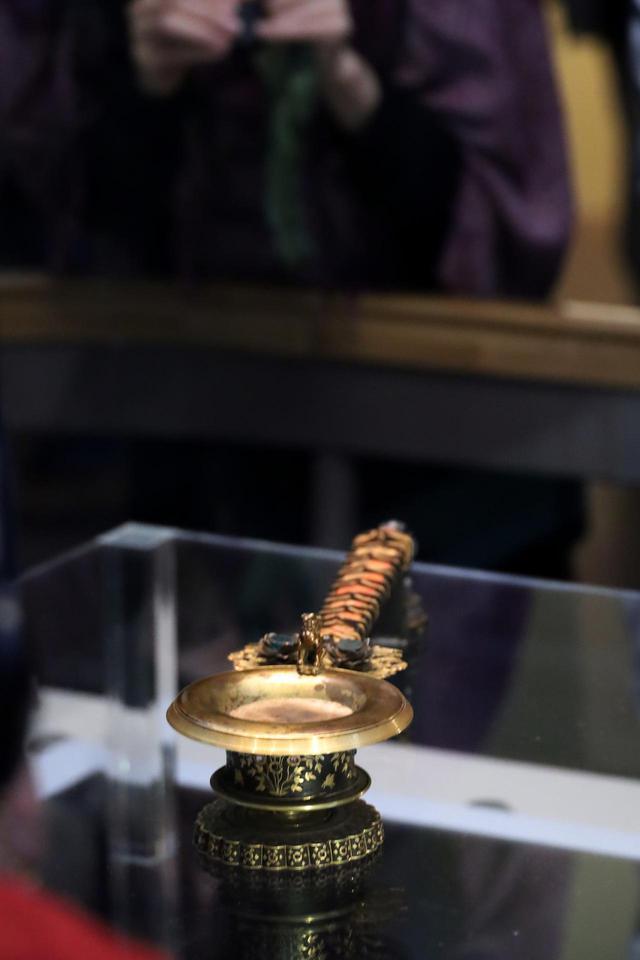 画像: 「紫檀金鈿柄香炉」 こうした形の香炉は仏具だが、金属製が多く木製は珍しい。材料が東南アジアでしか産出しない紫檀であることや細工の精緻さから唐で作られたと考えられる。正倉院宝物 【奈良国立博物館 「第71回 正倉院展」】