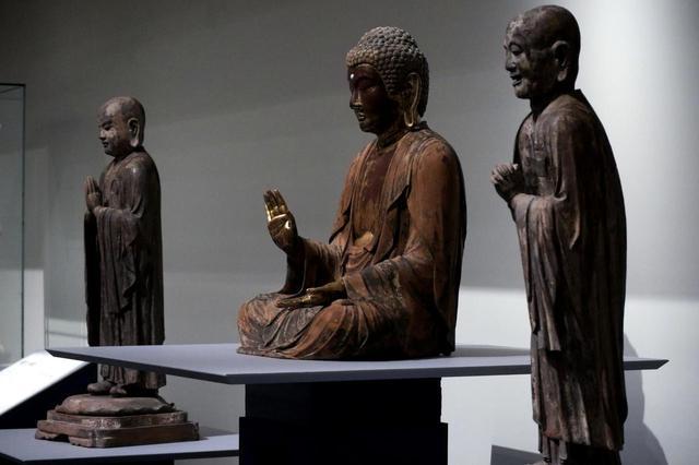 画像: 釈迦如来坐像および迦葉立像・阿難立像 鎌倉時代 14世紀 福島・楞嚴寺 (福島県指定重要文化財) 中尊の衣の凝った表現は、定朝様の穏やかに整理されたラインと対象的でいかにも鎌倉時代。楞嚴寺は禅宗寺院なので脇侍は羅漢(釈迦の弟子)の阿難・迦葉、つまり「普通の人間」で、衣の表現のリアルさは、運慶の晩年の傑作・無着世親量菩薩立像(奈良・興福寺)の衣の表現をちょっと彷彿とさせる