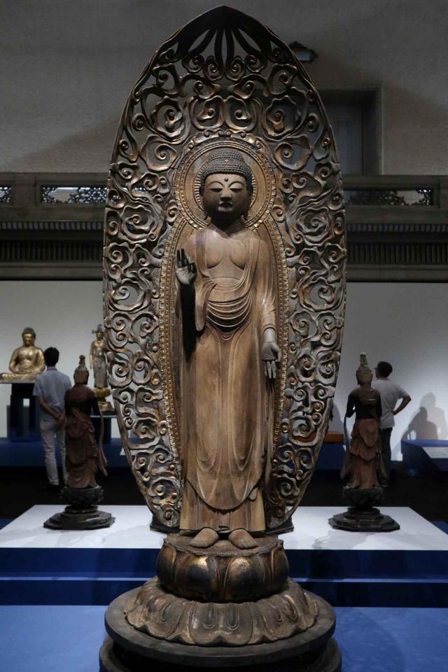 画像: 阿弥陀如来立像 平安時代・11~12世紀鳥取・三佛寺(鳥取県指定保護文化財) 基本的に定朝様を踏まえた穏やかな作風だが不思議に頭が大きく縦長に引き伸ばされた造形が特徴的