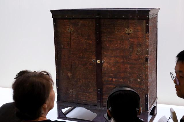 画像: 「赤漆文欟木御厨子」 飛鳥時代7世紀 天武天皇から聖武天皇を経て孝謙天皇まで6代の天皇の、特に重要な遺品を納めた由緒正しいタンス 正倉院宝物 【奈良国立博物館「第71回 正倉院展」】