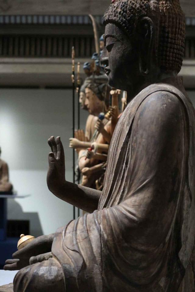画像: 指が太く力強い手。薬師如来は現世利益、つまり病気平癒など今現在生きている世界での救済を祈る対象