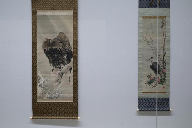 画像: 左が江戸時代後期の張月樵、右が明治34(1901)年の都路華香の作