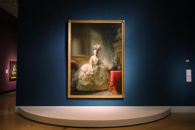 画像: マリー・ルイーズ・エリサベト・ヴィジェ=ルブラン「フランス王妃マリー・アントワネットの肖像」1778年 ウィーン美術史美術館 右後の紫の壁に見えるのがのちのフランス皇帝ナポレオン・ボナパルト、という配列がなんとも…