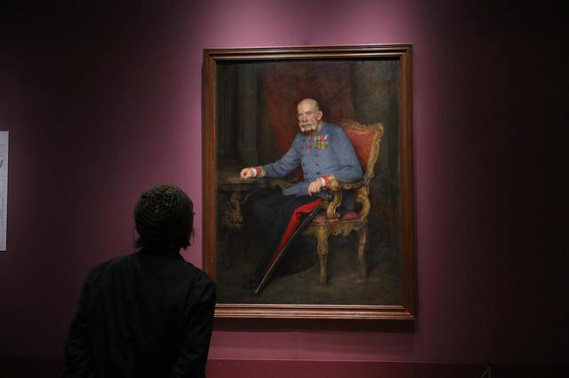 画像: ヴィクトール・シュタウファー「オーストリア=ハンガリー二重君主国皇帝フランツ・ヨーゼフ一世の肖像」1916年頃 ウィーン美術史美術館 最後から二番目の皇帝となったフランツ・ヨーゼフ一世の在位は68年にもおよび、いわゆる「ウィーン世紀末」美術の牽引者ともなった 。「シシー」ことエリザベト皇妃の夫。この肖像は、1916年に亡くなった皇帝の最晩年のもの。その死の2年後に帝国は終わる。