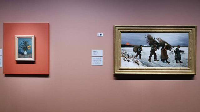 画像: フィンセント・ファン・ゴッホ「静物 白い花瓶の薔薇」1886年 「雪原で薪を運ぶ人々」(1884年) 吉野石膏コレクション