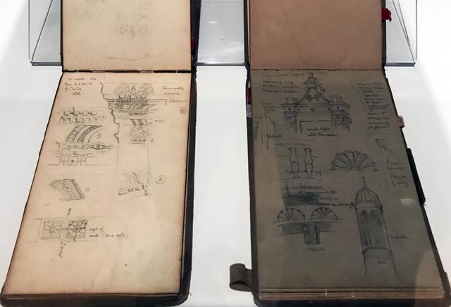 画像: 展示風景:《滞欧野帳》1881-82年 辰野家蔵:左・第4巻、右・第3巻 photo©msaito