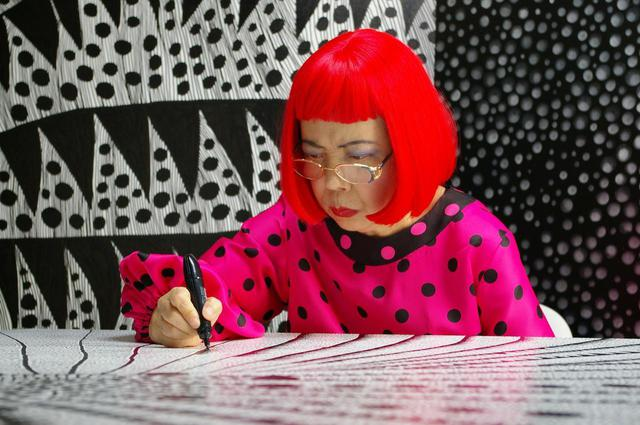 画像: Artist Yayoi Kusama drawing in KUSAMA - INFINITY. © Tokyo Lee Productions, Inc. Courtesy of Magnolia Pictures.