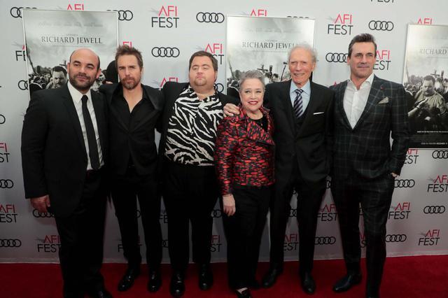 画像: 写真左から:イアン・ゴメス、サム・ロックウェル 、ポール・ウォルター・ハウザー、キャシー・ベイツ、クリント・イーストウッド監督、ジョン・ハム