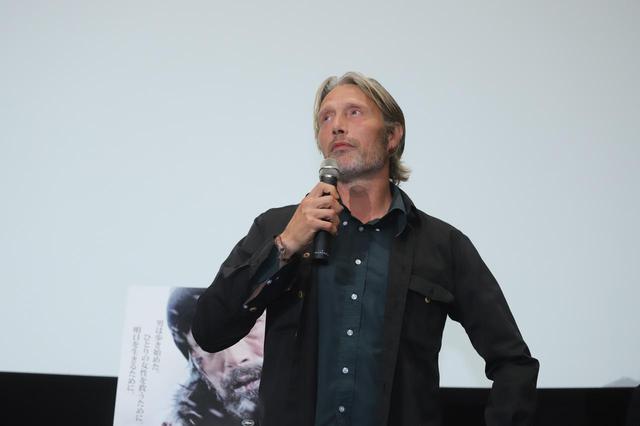 """画像2: 11月22日は、世界最高峰の""""いけおじ""""俳優マッツ・ミケルセンの誕生日!『残された者-北の極地-』PRのために来日した際のマッツの未公開写真を大放出!"""