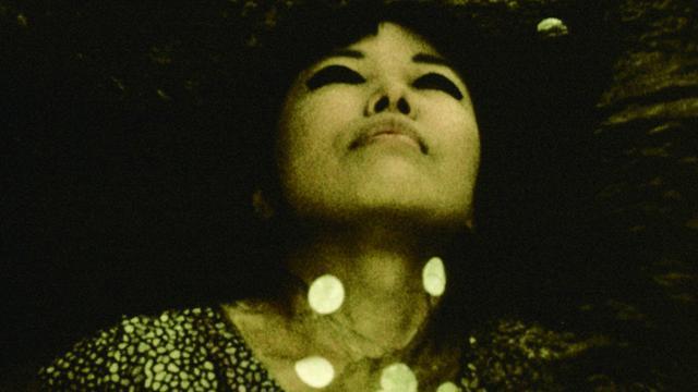 画像: 草間彌生の1968年に監督・脚本・主演を務めた映画『草間の自己消滅』の貴重な映像の一部と、その時の心情を後に語ったインタビュー youtu.be