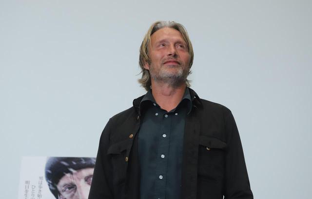 """画像1: 11月22日は、世界最高峰の""""いけおじ""""俳優マッツ・ミケルセンの誕生日!『残された者-北の極地-』PRのために来日した際のマッツの未公開写真を大放出!"""