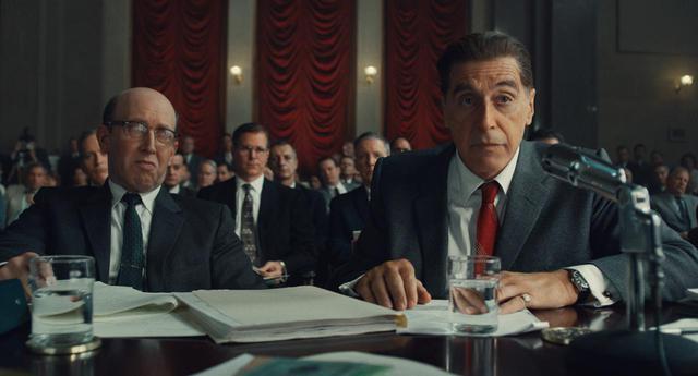 画像: 議会公聴会で司法長官ロバート・ケネディ(ジャック・ヒューストン)と対峙するジェームズ・ホッファ(アル・パチーノ)©︎Netflix