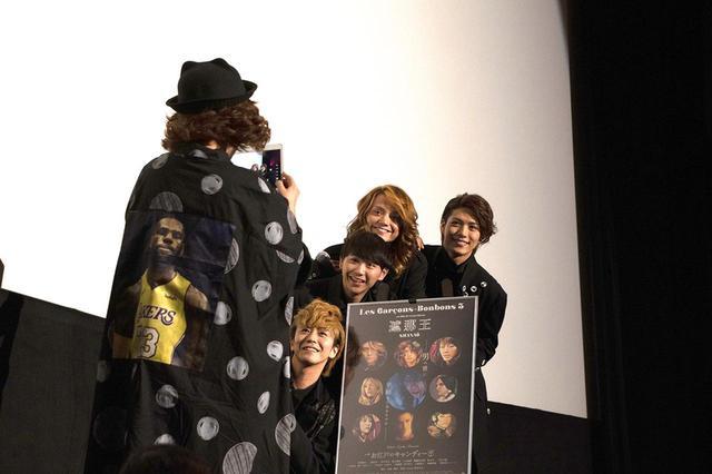 画像: 終盤の撮影タイムでは、広田(写真左)自らが壇上で4人を撮影する場面も