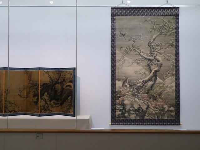 画像: 右:沈南蘋「雪中遊兎図」中国・清 乾隆2(1737)年 左:彭城百川「梅図屏風」江戸時代 寛延2(1749)年 緻密かつダイナミックな梅の枝の表現に共通性・影響関係が見える  住友コレクション