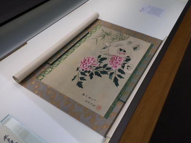 画像: 水戸徳川家の8代当主・斉脩の描いた「牡丹鸚鵡図」江戸時代 文化8(1814)年 住友コレクション 徳川家の若殿には狩野派の絵の師匠がつくのが通例。この作品も漢画の基本要素を踏まえてはいるはずなのだが、なんとも不思議な味わい。牡丹なのだから夏の絵のはずが、鸚鵡が停まる白い物体が雪に、つまり冬の絵にも見えてしまう(実は岩)。