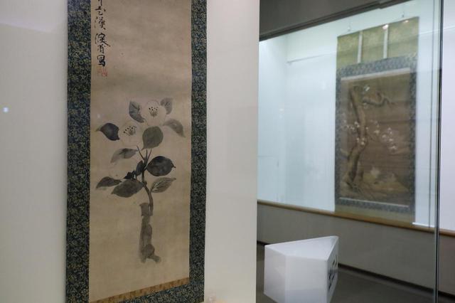 画像: 尾形乾山「椿図」江戸時代18世紀 奥に沈恢 「雪中花鳥図」明時代 15世紀 住友コレクション