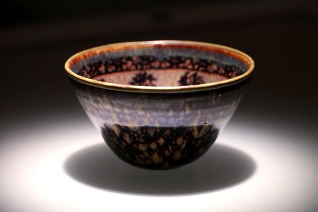 画像: 国宝・玳玻散花文天目茶碗 南宋14世紀 相国寺蔵 松平不昧旧蔵 外側にウミガメのタイマイのような文様が現れた「玳皮盞」。主に吉州窯で焼かれたもので、中国の分類では「建盞」ではないが日本では「天目茶碗」に総称される