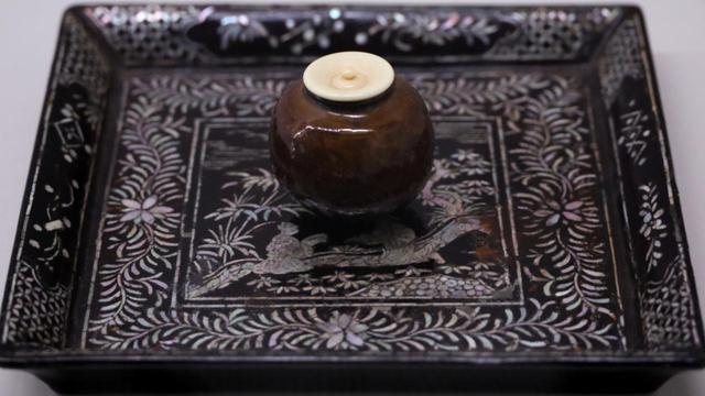 画像: 唐物小丸壺茶入 東山御物 宋時代 慈照寺蔵 セットになっている専用の盆の緻密な螺鈿細工もいかにも中国風で、日本のスタイルではない