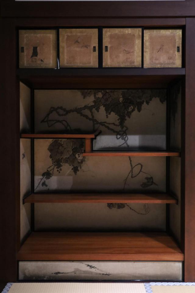 画像: 一之間の飾り棚 伊藤若冲「葡萄小禽図」 上の小襖4面は住吉如慶の筆なので、後水尾院行幸時のものか?