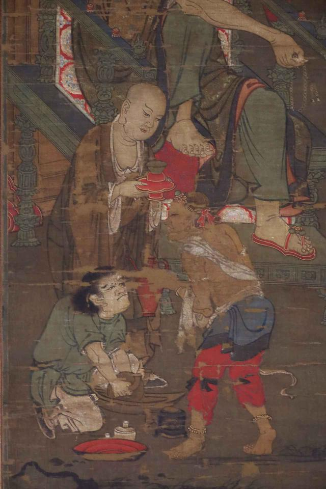 画像: 羅漢図(部分) 元時代14世紀 相国寺の塔頭・大光明寺蔵 重要文化財 中国・元時代の羅漢図に描かれた、お茶を準備する様子。薄緑の服の侍者が薬研で茶葉を粉にしている。上半身裸の西方風のいでたちの侍者がお湯の入った赤い「浄瓶」を持ち、僧形の弟子が赤く金で縁取りされた天目台に載せた天目茶碗を捧げ持っている