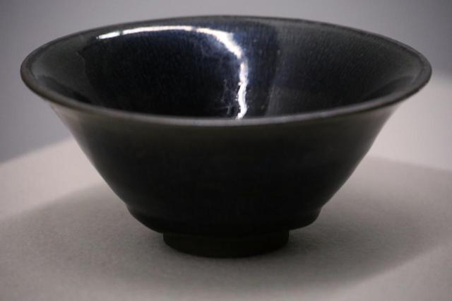 画像: 禾目天目茶碗 中国・宋時代 相国寺蔵 重要美術品 黒釉にあらわれた銀色の細い線条がウサギの毛のように見えることから中国では「兎毫盞」という。日本では穀物の穂の細い毛に見立てて「禾目」