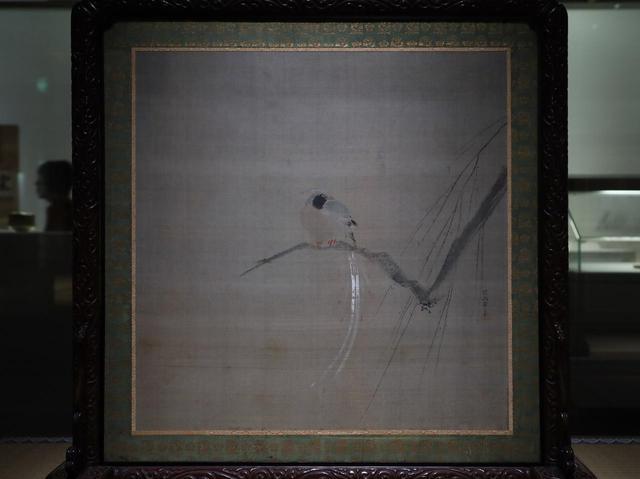 画像: 狩野探幽 「尾長鳥図座屏」(反対側は鶏図) 江戸時代 慶安元(1648)年 相国寺蔵 上の写真の鳩図の座屏とワンセットで、4枚の絵を鳳林自身が探幽に絵絹を送って注文、完成した時には丁寧な令状も送っている