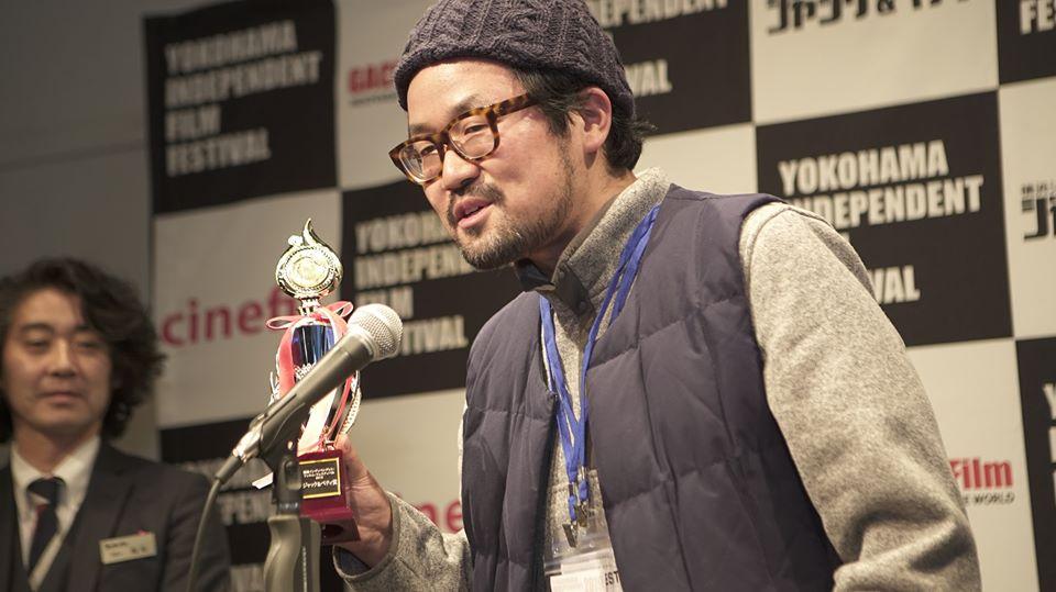 画像: トロフィーを持つ小野篤史監督