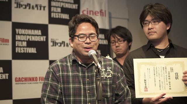 画像: 喜びを語る芳賀俊監督と賞状を持つ鈴木祥監督