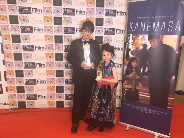 画像: 左より上西雄大監督と育児放棄される子供役を演じた小南希良梨 ミラノ国際映画祭にて