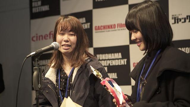 画像: 左より村田恵理監督と主演の小向なるさん