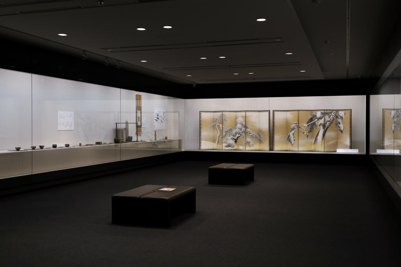 画像: 縦長の展示室のかなたに「雪松図屏風」。この屏風を飾ることを前提に設計されたという
