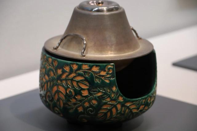 画像: 釜は銀製の富士型で七代中川浄益、土風炉(善五郎家の本業である)は永楽和全の父・保全の作の、華やかな組み合わせ。共に江戸時代19世紀、北三井家旧蔵